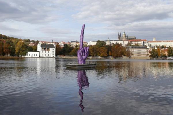 prag-verachtung-politik-mittelfinger-moldau